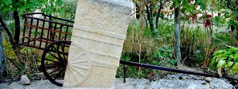 carro con ruedas de piedra