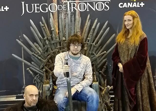 nuestro fotografo Eduardo Zulaica sentado en en el trono de juego de tronos