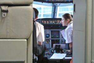 comandante y copilota de easyjet en cabina