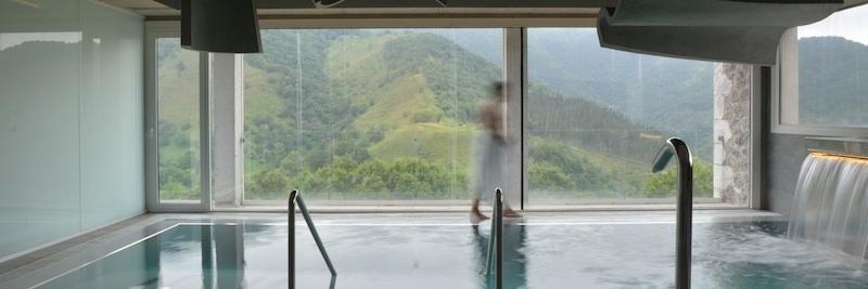 imagen de la piscina del hotel con los montes al fondo