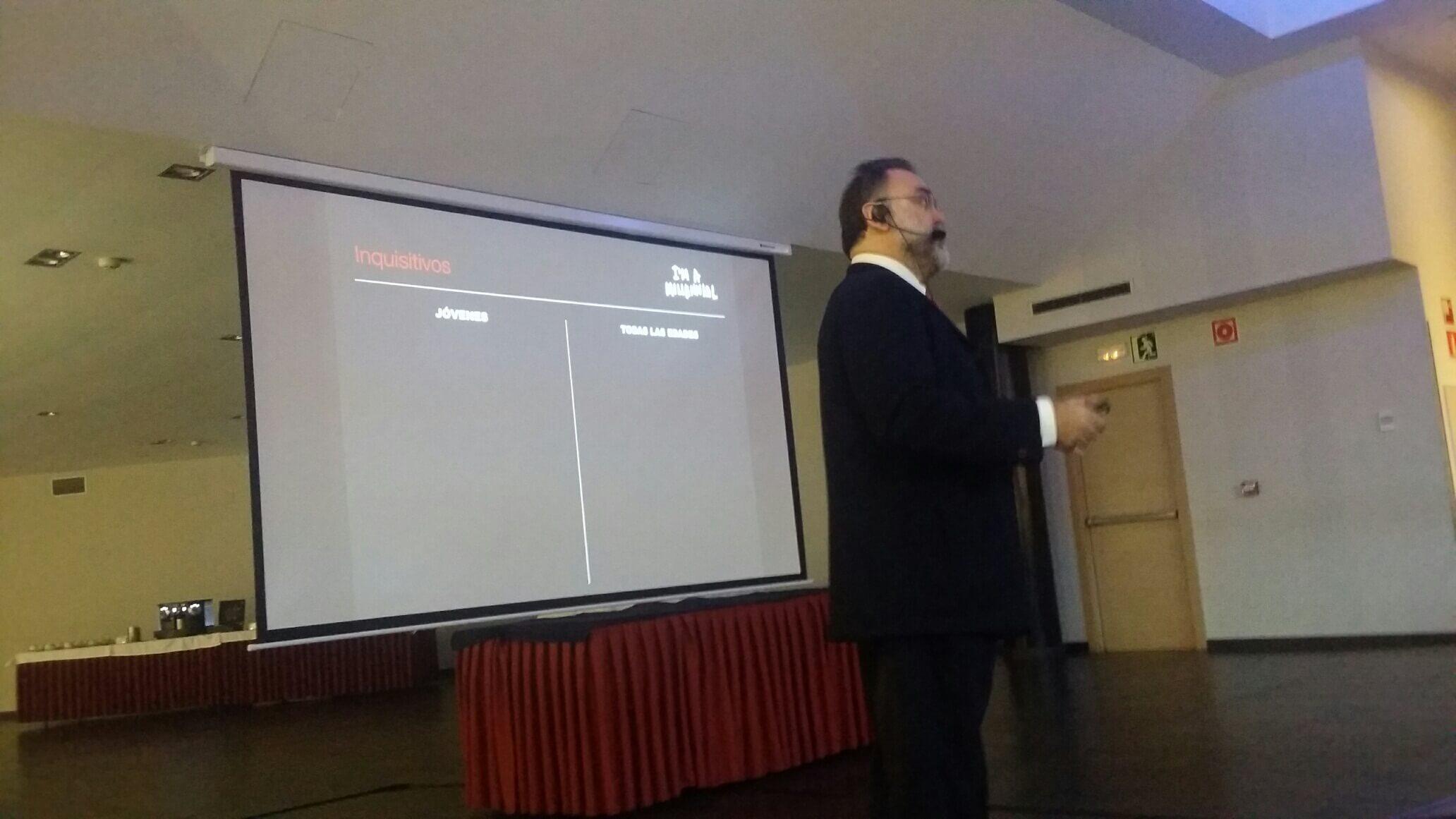 Fernando Gallardo dando una charla en Bilbao