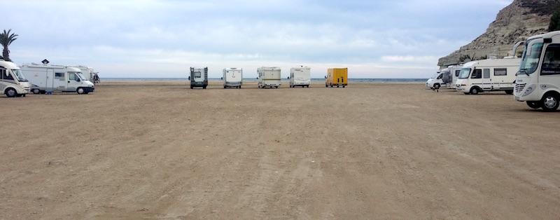 autocaravanas acampadas en agua amarga almeria