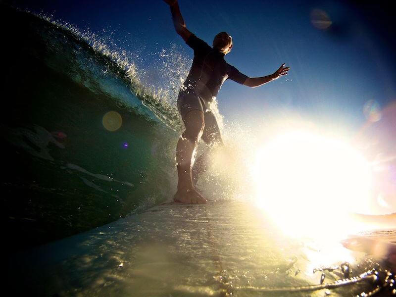 surfista a contraluz