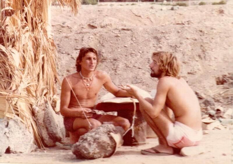 dos surfistas frente a la isla de La Gomera, en Tenerife