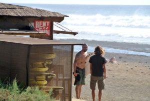 millenials haciendo surf