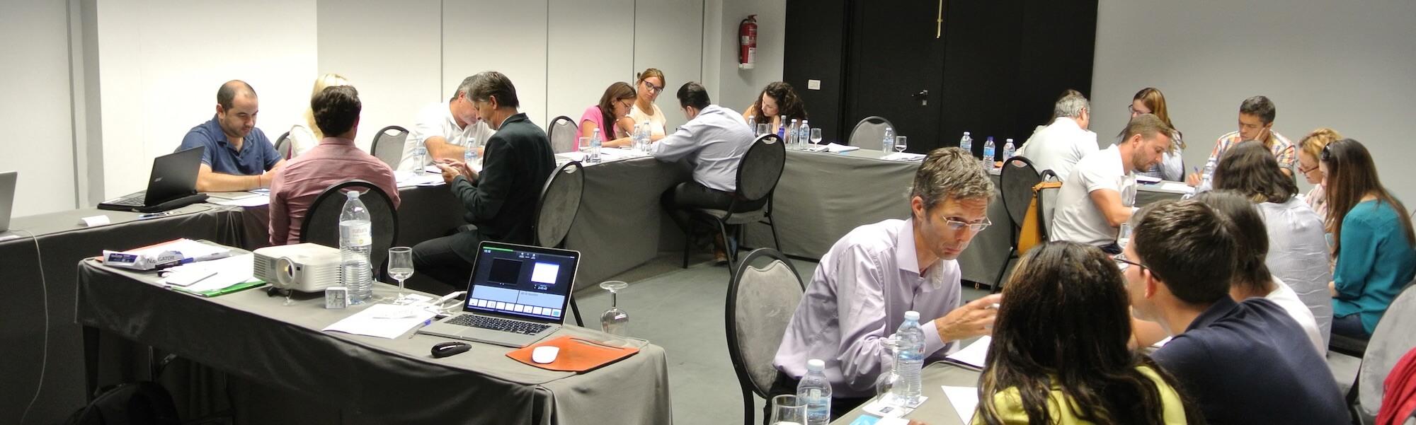 asistentes al curso de Revenue Management trabajndo en equipo
