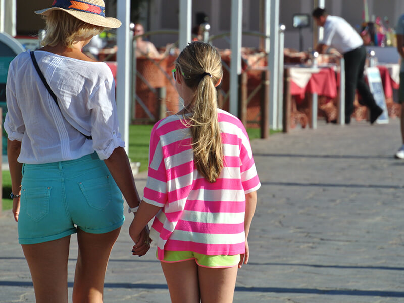 turistas paseando por el paseo maritimo
