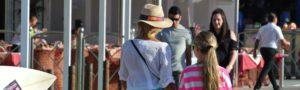 madre e hija paseando por el paseo marítimo