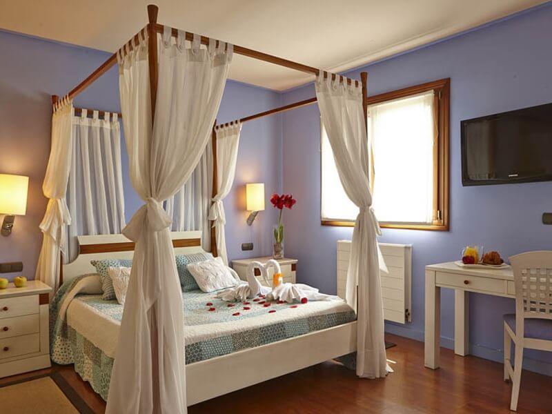 una habitación estupenda con dosel