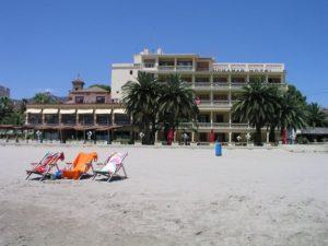 fachada del hotel voramar desde la playa