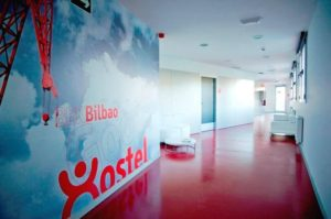 pasillos del bbk good hostel en bilbao