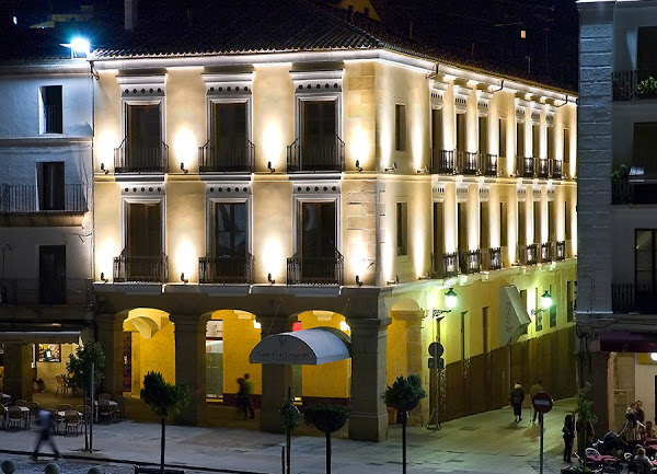 fachada nocturna hotel casa don fernando
