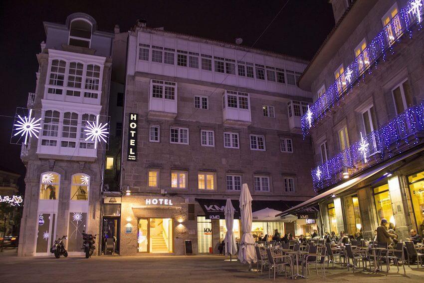 fachada nocturna del hotel puerta del sol en vigo