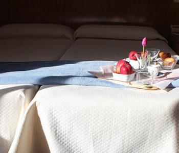 la cama decorada del hotel mendez nuñez