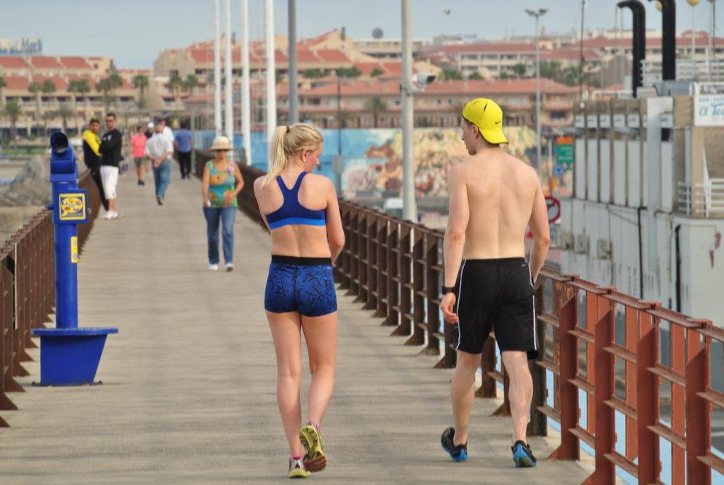 Turistas extranjeros haciendo ejercicio en el Puerto de los Cristianos.