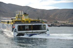 El ferry de Fred Olsen, saliendo del Puerto de Los Cristianos.