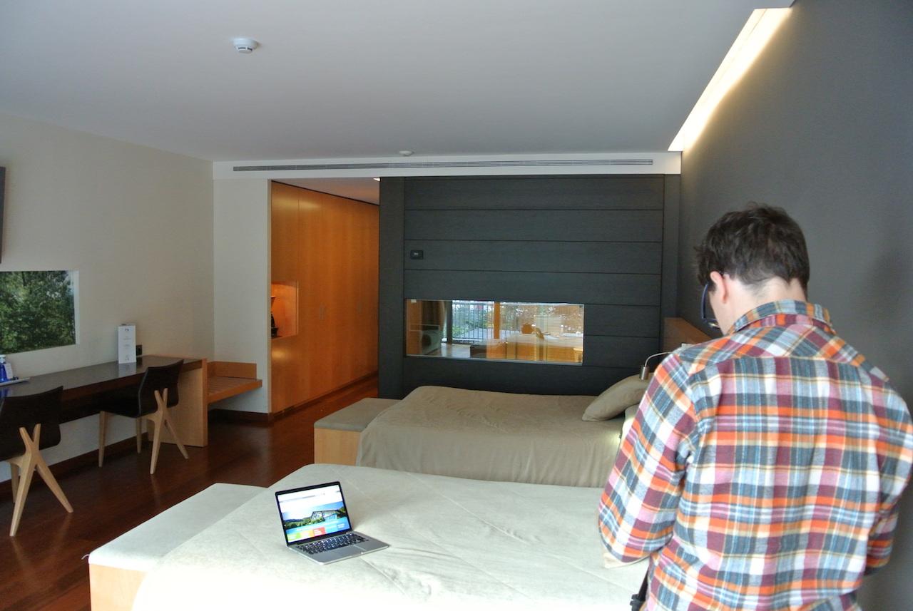 Eduardo haciendo fotos de la habitación en el Andorra Park Hotel. Las fotos con espejos o cristales pueden ser traicioneras.