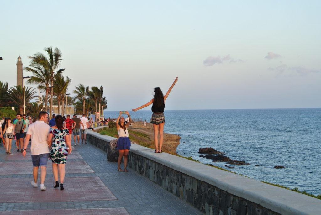 Jovencitas divirtiéndose cerca del Faro de Maspalomas, en Gran Canaria.