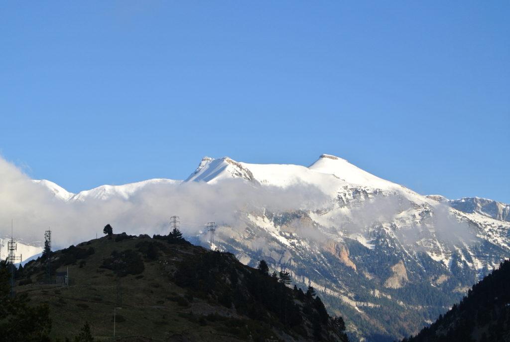 Los Pirineos nevados en Primavera.