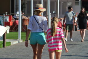 Una de nuestras fotos preferidas de la Playa de Las Américas. Madre e hija disfrutando sw su compaía y del clima!