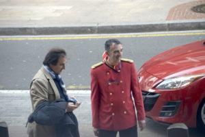 Antonio Gil llegando al Hotel Ercilla