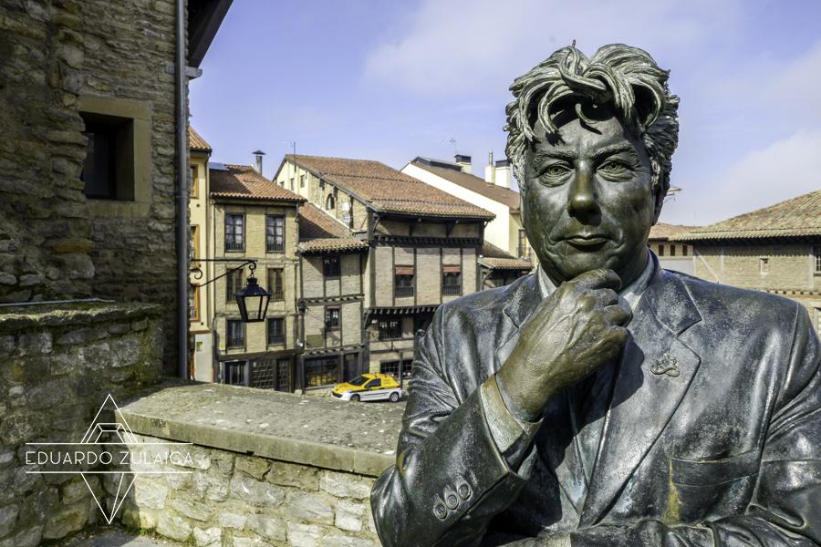 Ken Follet, frente a la Catedral Vieja de Vitoria, la de Santa María.