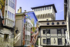 Casas pintadas, contrastando con construcciones tradicionales.