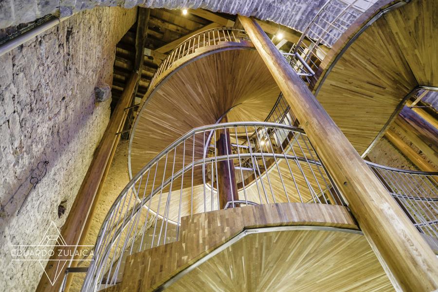La moderna escalera es preciosa.