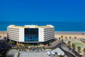 El Hotel Playa Victoria es un hotel urbano en la misma Playa de la Victoria de Cádiz capital, ofreciendo los mejores servicios tanto para tus viajes de turismo como de negocios.