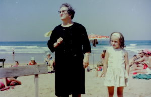 Abuela y nieta en la playa
